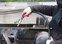 БЛАСТИНГ. Очистка металлической поверхности методом бластинга. Фото процесса бластинговой обработки: абразив направляется на обрабатываемую поверхность через сопло бластера потоком воздуха под высоким давлением